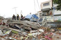 Полицейские осматривают обломки после землетрясения в эквадорском городе Манта. 17 апреля 2016 года. Число погибших в результате сильнейшего за десятилетия землетрясения в Эквадоре возросло до 233, сообщил в воскресенье президент латиноамериканской страны Рафаэль Корреа. REUTERS/Guillermo Granja