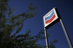 La compagnie pétrolière américaine Chevron a mis en vente tous ses actifs gaziers en Birmanie, avec une valorisation globale de l'ordre de 1,3 milliard de dollars (1,2 milliard d'euros), selon des sources financières. /Photo d'archives/REUTERS/Joshua Lott