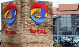 Total accuse lundi à la Bourse de Paris la plus forte baisse du CAC 40 avec un repli de 1,34% à la mi-séance, après l'absence d'accord entre pays producteurs de pétrole sur un gel de leurs niveaux de production. L'indice vedette parisien est en légère baisse de 0,09% à 4.491,16 points à 12h. /Photo prise le 5 avril 2016/REUTERS/Régis Duvignau