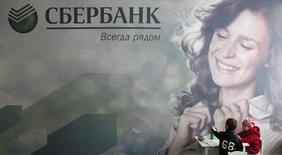 Дети рисуют в отделении Сбербанка в Ставрополе. 22 октября 2014 года. Самый несговорчивый кредитор Мечела - государственный Сбербанк, частично сократив риски на компанию,  согласился на реструктуризацию долга на 30 миллиардов рублей и $427 миллионов, предоставив годовую отсрочку на погашение тела кредитов, следует из сообщения горно-металлургической группы. REUTERS/Eduard Korniyenko