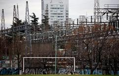 Imagen de archivo de unas líneas de alta tensión de la compañía Edenor en Buenos Aires, ago 5, 2013. El consumo de electricidad en Argentina cayó en marzo un 9,4 por ciento debido a los aumentos tarifarios aplicados por el Gobierno, dijo el miércoles la Fundación para el Desarrollo Eléctrico (Fundelec).     REUTERS/Marcos Brindicci