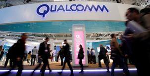Le spécialiste des processeurs pour téléphones portables Qualcomm a publié mercredi un chiffre d'affaires trimestriel en baisse de 19,5% à 5,55 milliards de dollars (4,91 milliards d'euros), conséquence de la concurrence croissante des produits chinois et taïwanais. /Photo prise le 24 février 2016/REUTERS/Albert Gea
