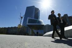 En la imagen, unas personas pasan delante de la sede del BCE en Fráncfort el 21 de abril de  2016. El Banco Central Europeo mantuvo el jueves sin cambios su tasa de interés en mínimos históricos, como se esperaba, mientras sigue imprimiendo dinero para impulsar a la economía y acelerar la inflación. REUTERS/Ralph Orlowski