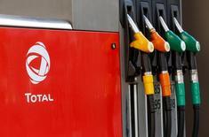 Логотип  Total на автозаправочной станции в Париже. Цены на нефть опустились на 2 процента в ходе торгов четверга, развернувшись вниз после утреннего роста, основанного на завоеваниях предыдущих двух дней, поскольку укрепление доллара оказало давление на сырьевые товары, номинированные в американской валюте. REUTERS/Jacky Naegelen