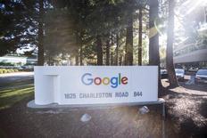 Alphabet, la maison mère de Google, a publié jeudi un bénéfice en hausse au premier trimestre mais inférieur aux attentes des analystes, avec un recul de son coût par clic. Le géant de l'internet a fait état d'un bénéfice net de 4,21 milliards de dollars (3,73 milliards d'euros). /Photo d'archives/REUTERS/Stephen Lam