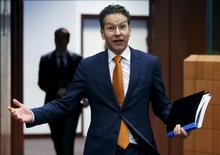 Es poco probable que Grecia y sus acreedores internacionales alcancen un acuerdo el viernes para desbloquear nuevos préstamos y allanar el camino para negociar un alivio de la deuda, a pesar de algunos progresos realizados en las negociaciones sobre reformas, dijeron altos cargos de la zona euro el viernes.  En la imagen de archivo, el ministro de Finanzas holandés y presidente del eurogrupo, Jeroen Dijsselbloem, gesticula al llegar a la reunión de ministros de finanzas de la eurozona en Bruselas, Bélgica, el 14 de enero de 2016.  REUTERS/Francois Lenoir