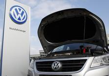 Les constructeurs automobiles allemands vont rappeler 630.000 voitures Porsche, Volkswagen, Opel, Audi et Mercedes pour modifier les logiciels de mesure de contrôle des émissions polluantes, /Photo prise le 16 mars 2016/REUTERS/Ina Fassbender