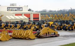 Экскаваторы Caterpillar на заводе в Госли в Бельгии. 28 февраля 2013 года. Компания Caterpillar Inc. сообщила о снижении квартальной прибыли из-за спада активности в глобальном горнорудном секторе и строительной отрасли, который негативно сказался на продажах техники. REUTERS/Eric Vidal