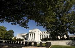 La sede de la Reserva Federal de Estados Unidos en Washington, sep 16, 2015. La Reserva Federal de Estados Unidos mantendría sin cambios las tasas de interés en su reunión de política monetaria de la próxima semana, mostró el viernes un sondeo de Reuters, pero los economistas siguen esperando un alza en junio y otra a fin de año.        REUTERS/Kevin Lamarque