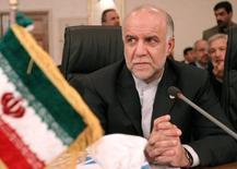 El ministro de Petróleo de Irán, Bijan Namdar Zanganeh, asiste a la 135 reunión de la OPEP en Isfahan, en el centro de Irán, el 16 de marzo de 2005. El ministro dijo el sábado que la reunión de Doha de la semana pasada para congelar la producción de petróleo, pese a fracasar, fue un paso positivo e Irán apoyaría cualquier plan para estabilizar el mercado. REUTERS/Raheb Homavandi