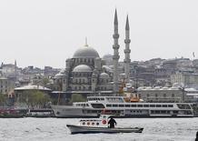 Una conocida periodista holandesa ha sido detenida por la policía turca mientras se encontraba de vacaciones, informaron responsables el domingo, una semana después de que criticase al presidente Tayyip Erdogan en un artículo de prensa por reprimir la disidencia. En la imagen, un barco navega por el Bósforo en Estambul, el 14 de abril de 2016.  REUTERS/Osman Orsal