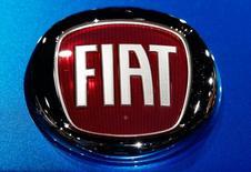 El logo de Fiat se ve en un modelo de la compañía en la Feria Automotriz de Los Angeles, California, Estados Unidos. 18 de noviembre, 2015. Una prueba de emisiones realizada en Alemania, después del escándalo de Volkswagen, sugirió que algunos autos de Fiat registran niveles irregulares de emisiones contaminantes diésel si los vehículos operan por más de 22 minutos, informó el diario alemán Bild am Sonntag. REUTERS/Lucy Nicholson