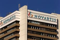 El logo de la compañía farmacéutica suiza Novartis en el edificio de su sede central en Basilea, Suiza. 27 de octubre, 2015. La farmacéutica suiza Novartis busca desprenderse de su participación de 13.500 millones de francos suizos (13.800 millones de dólares) en su rival local Roche y ya ha contratado a los bancos para ayudarla en el proceso de venta, informó el domingo un diario suizo. REUTERS/Arnd Wiegmann