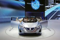 Au Salon automobile de Pékin. Nissan dit lundi avoir pour ambition de croître davantage que le marché en Chine à partir de 2017 grâce notamment à sa coentreprise locale Venicia. /Photo prise le 25 avril 2016/REUTERS/Kim Kyung-Hoon