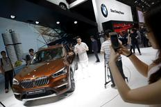 Au Salon automobile de Pékin. Les constructeurs allemands Mercedes-Benz (groupe Daimler) et BMW ont dit lundi anticiper une modération du marché automobile chinois cette année. /Photo prise le 25 avril 2016/REUTERS/Damir Sagolj
