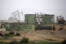 Станки-качалки на месторождении нефти под Бейкерсфилдом в Калифорнии 17 января 2015 года. Цены на нефть упали примерно на 1 процент в ходе торгов понедельника, поскольку трейдеры фиксировали прибыль после трёх недель роста нефтяных котировок, негативно влияет на цены и скачок курса доллара в конце прошлой недели. REUTERS/Lucy Nicholson