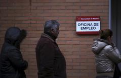 El número de trabajadores afectados por medidas de regulación de empleo en España en los dos primeros meses de 2016 descendió un 45,6 por ciento, respecto al mismo periodo del año anterior, lo que refleja la gradual recuperación del mercado laboral tras años de crisis económica. En la imagen, varias personas aguardan formando una fila ante las puertas de una oficina de empleo situada en Madrid, el 3 de enero de 2014.   REUTERS/Susana Vera