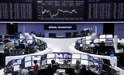 Operadores trabajando en la Bolsa de Fráncfort, Alemania. 22 de abril de 2016. Las bolsas europeas cedían levemente el lunes tras subir la semana pasada a máximos en tres meses, en momentos en que la atención del mercado se concentra en la temporada de resultados corporativos. REUTERS/Staff/Remote
