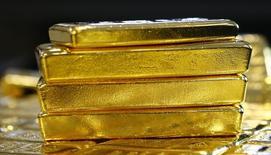 Золотые слитки на обогатительном заводе 'Oegussa' в Вене. Золото немного подорожало в понедельник, так как ослабление доллара помогло компенсировать падение в предыдущей сессии, но рынок не слишком активен в ожидании встречи ФРС на этой неделе. REUTERS/Leonhard Foeger