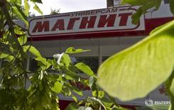 Магазин Магнит в Москве. Крупнейший в РФ ритейлер Магнит неприятно удивил рынок отчетом о снижении чистой прибыли и рентабельности в первом квартале 2016 года, что аналитики связали с инвестициями в цену. REUTERS/Maxim Shemetov