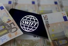 """SWIFT, la red financiera global que los bancos utilizan para transferir miles de millones de dólares cada día, advirtió el lunes a sus clientes que estaba al tanto de """"una serie de incidentes cibernéticos recientes"""", en los que atacantes habían enviado mensajes fraudulentos a través su sistema. En la imagen, el logotipo de la red bancaria Swift en un iPhone 6s sobre billletes de euros en Zenica, Bosnia Herzegovina, el 26 de enero de 2016.   REUTERS/Dado Ruvic/File Photo"""