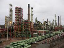 Нефтеперерабатывающий завод Neste в Порвоо, Финляндия. Фьючерсы на нефть выросли в ходе торгов вторника, поддерживаемые слабым долларом и потоком новых денежных вливаний в рынок, однако аналитики предупреждают, что фундаментальные показатели остаются слабыми на фоне разгорающейся борьбы за покупателя на Ближнем Востоке. REUTERS/Jussi Rosendahl/File Photo