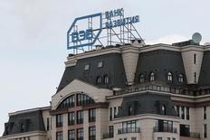 Логотип Внешэкономбанка на здании в Москве 22 апреля 2016 года. Спад российской экономики ускорился в марте 2016 года: ВВП снизился на 0,4 процента с исключением сезонности после роста на 0,3 процента в феврале и сократился на 1,9 процента к соответствующему периоду прошлого года после потери 0,1 процента в феврале, говорится в ежемесячной оценке Внешэкономбанка. REUTERS/Maxim Zmeyev