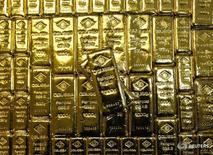 Слитки золота на заводе Oegussa в Вене 18 марта 2016 года. Золото дорожает во вторник, отыграв ранние потери, в то время как участники рынка ждут заседания ФРС. REUTERS/Leonhard Foeger