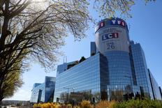 TF1 affiche une perte au premier trimestre, une série de charges exceptionnelles, dont celles liées au passage en clair de la chaîne d'information continue LCI, ayant pesé sur les comptes du groupe. La perte opérationnelle s'établit à 19,2 millions contre un résultat de 32,7 millions durant la même période en 2015. /Photo prise le 18 avril 2016/REUTERS/Jacky Naegelen