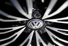 Volkswagen a ravi à Toyota la première place des ventes mondiales au premier trimestre, le constructeur automobile nippon ayant dû faire face à des interruptions de production en série, ses ventes baissant de 2,3% sur le trimestre. /Photo prise le 25 avril 2016/REUTERS/Damir Sagolj