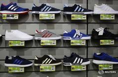 Кроссовки Adidas в магазине Sports Direct в Лондоне 5 марта 2016 года. Немецкий производитель спортивных товаров, одежды и обуви Adidas вновь повысил прогноз прибыли и продаж на 2016 год после сообщения о росте квартальной прибыли компании на 38 процентов. REUTERS/Kevin Coombs