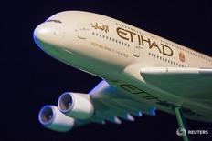 Модель самолёта Etihad Airways в Нью-Йорке 13 ноября 2014 года. Национальный авиаперевозчик ОАЭ Etihad Airways, ставший основным конкурентом крупнейших мировых авиакомпаний на европейских и азиатских маршрутах, отчитался в среду о росте консолидированной чистой прибыли до $103 миллионов в 2015 году за счёт значительного увеличения числа пассажиров. REUTERS/Lucas Jackson