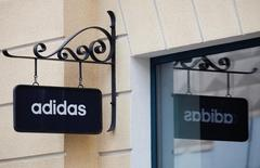 En la imagen, un cartel con el logo de Adidas en un centro comercial a las afueras de Moscú, el 23 de abril de 2016. El grupo alemán de artículos deportivos Adidas elevó por segunda vez su orientación de ventas y ganancias para el 2016 y reportó un salto de un 38 por ciento en las utilidades de su negocio principal en el primer trimestre, citando un fuerte impulso de la marca. REUTERS/Grigory Dukor