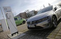 En la imagen de archivo, un Volkswagen Passat eléctrico junto a una estación de carga en Berlín. Alemania dará inicio a un nuevo plan de incentivos por unos mil millones de euros (1.130 millones de dólares) para que más consumidores compren automóviles eléctricos y de ese modo cumplir con su meta de llevar un millón de ellos a sus carreteras hacia el fin de la década. REUTERS/Fabrizio Bensch