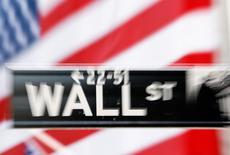 La Bourse de New York a ouvert stable ou en léger repli mercredi, la première baisse des ventes d'Apple en 13 ans provoquant des inquiétudes sur la qualité des résultats trimestriels, en attendant les annonces de la Fed en séance. Le Dow Jones perdait 0,09% dans les premiers échanges, le Standard & Poor's 500 était quasiment stable (-0,03%) et le Nasdaq Composite reculait de 0,50%. /Photo d'archives/REUTERS/Lucas Jackson
