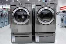 Imagen de archivo de lavadoras y secadadoras a la venta en una tienda en Nueva York, jul 28, 2010. El déficit de comercio de bienes de Estados Unidos se redujo con fuerza en marzo ante la baja de las importaciones, lo que sugiere que el crecimiento económico en el primer trimestre probablemente no fue tan débil como se anticipaba.   REUTERS/Shannon Stapleton