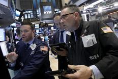 Трейдеры на Нью-Йоркской фондовой бирже.  Американский фондовый индекс Nasdaq сильно упал в начале торгов среды под давлением акций Apple, тогда как другие ведущие индексы - Dow и S&P 500 - снизились не столь значительно в ожидании решения ФРС США о дальнейшем курсе монетарной политики. REUTERS/Brendan McDermid