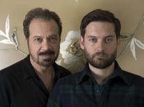 Diretor Zwick e ator Tobey Maguire posam em divulgação do filme em Los Angeles. 23/8/2015.     REUTERS/Phil McCarten