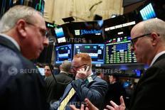 Foto de archivo de un grupo de operadores en la Bolsa de Nueva York. Abr 12, 2016. Las acciones cerraron con leves ganancias el miércoles en la bolsa de Nueva York, tras aplacarse los temores a que la Reserva Federal señalaría firmemente que elevará las tasas de interés en junio, aunque una caída de Apple pesó sobre el índice Nasdaq. REUTERS/Lucas Jackson