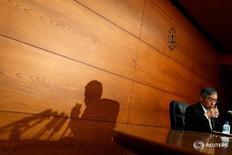 Глава Банка Японии Харухико Курода на пресс-конференции в Токио 28 апреля 2016 года. Банк Японии не стал расширять меры монетарного стимулирования в четверг, несмотря на угрозу для экономики со стороны глобальных факторов, сильной иены и слабого уровня потребления. REUTERS/Thomas Peter