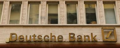 El resultado neto de Deutsche Bank disminuyó un 58 por ciento en el primer trimestre del año por la debilidad de su banca de inversión y por los gastos legales de los escándalos que han afectado a la entidad. En la imagen, el logotipo de Deutsche Bank en Nápoles, Italia, el 22 de febrero de 2016. Reuters/Tony Gentile