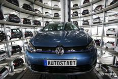 Volkswagen Golf на заводе компании в Вольфсбурге 28 апреля 2016 года. Volkswagen может зафиксировать высокие показатели операционной деятельности в 2016 году, несмотря на трудности, связанные с дизельным скандалом и стратегическим репозиционированием, сообщил глава компании Маттиас Мюллер. REUTERS/Fabrizio Bensch
