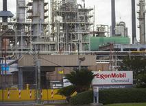 Exxon Mobil, première compagnie pétrolière cotée au monde, annonce une baisse de 63% de son bénéfice net au premier trimestre, qu'elle explique par l'effondrement des cours du brut et la dégradation des marges de raffinage. /Photo d'archives/REUTERS/Lee Celano