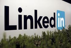 Логотип LinkedIn Corporation. LinkedIn Corp, оператор крупнейшей в мире социальной сети для поиска и установления деловых контактов, улучшил прогноз выручки и прибыли на 2016 год благодаря увеличению спроса на услуги приёма на работу и ускорению роста выручки от рекламы.  REUTERS/Robert Galbraith/File Photo