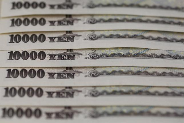 Japanese 10,000 yen notes line up in Tokyo, in this February 28, 2013 picture illustration.  REUTERS/Shohei Miyano/File Photo