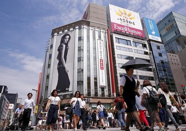 5月2日、大手百貨店が発表した4月の売上高速報は、4社そろって前年比減少した。円高・株安により訪日外国人による免税売上げや富裕層の消費が鈍っている。写真は東京・銀座、2015年8月撮影(2016年 ロイター/Thomas Peter)