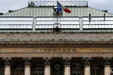 Les Bourses européennes restent légèrement orientées à la hausse lundi à mi-séance dans le sillage de la place de Francfort qui est elle-même portée par l'accélération de l'activité manufacturière en avril en Allemagne. À Paris, le CAC 40 gagne 0,26% à 4.440,59 points vers 10h00 GMT. À Francfort, le Dax prend 0,68%. L'indice paneuropéen FTSEurofirst 300 recule de 0,09% et l'EuroStoxx 50 de la zone euro avance de 0,11%. /Photo d'archives/REUTERS/Charles Platiau