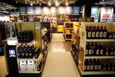 En la imagen, botellas de alcohol en una tienda de Duty Free en el aeropuerto de Múnich, Alemania, el 22 de abril de 2016. Las fábricas de la zona euro mostraron una leve mejoría en abril, un mes en el que la producción no perdió tanta fuerza como se estimaba, aunque el crecimiento se mantuvo débil pese al segundo mayor recorte en los precios desde principios del 2010, según reveló una encuesta el lunes. REUTERS/Michael Dalder