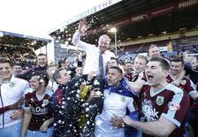 Burnley comemora acesso à primeira divisão do Inglês.  2/5/16. Reuters/Action Images/Carl Recine