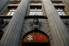 UBS a démarré 2016 avec un bénéfice réduit des deux tiers, reflet de la volatilité des marchés qui a pénalisé toutes les grandes banques d'investissement, mais la première banque suisse a aussi profité d'un afflux d'argent nouveau. Le numéro un mondial de la gestion de fortune fait état d'un bénéfice net de 707 millions de francs suisses (642 millions d'euros) au 1er trimestre, en baisse de 64% par rapport à l'année dernière. Son activité de banque privée a en revanche enregistré un afflux de 29 milliards de francs /Photo d'archives/REUTERS/Arnd Wiegmann